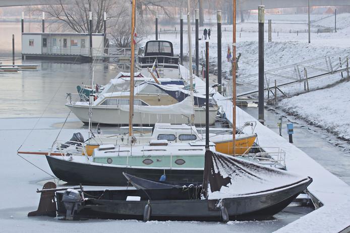 De haven van Ravenstein in winterse sfeer.