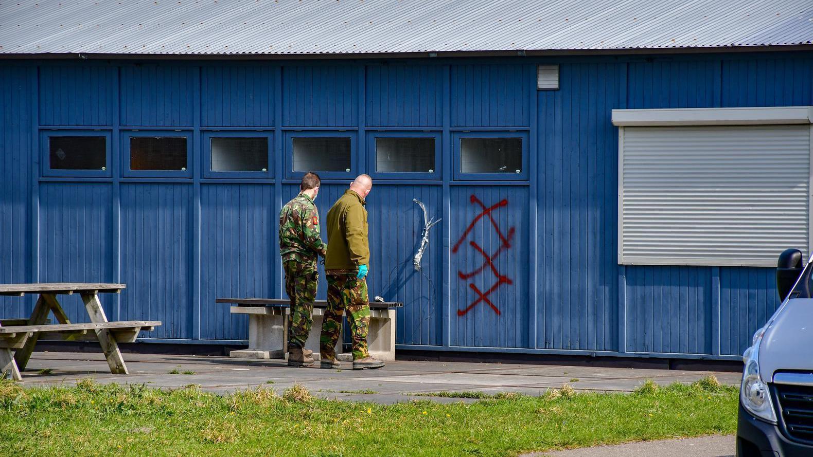 Bij de handgranaat stonden drie rode kruizen op de muur