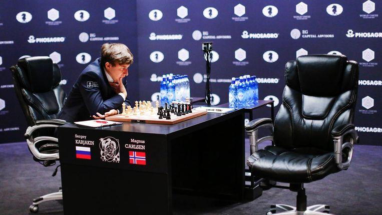 Sergey Karjakin denkt na tijdens zijn wedstrijd tegen Carlsen Beeld anp