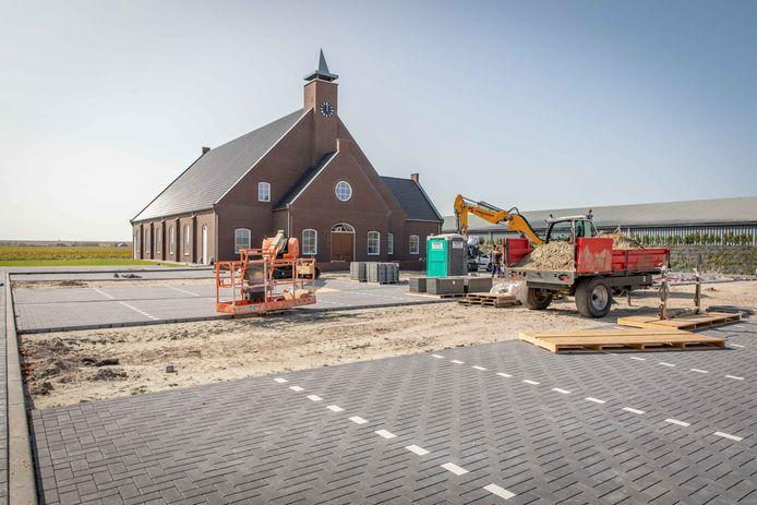Het terrein van de Adullamkerk in Kruiningen is volgende week klaar.