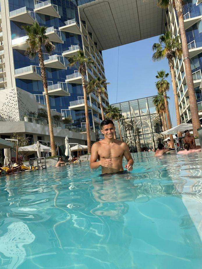 Navarone Foor bezoekt Dubai en geniet volop van zon en water in de Verenigde Arabische Emiraten.
