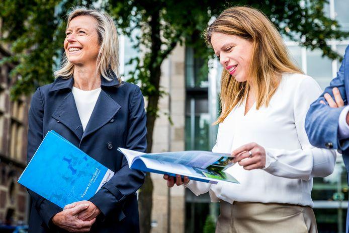 Minister Kajsa Ollongren (links) en Carola Schouten nemen het investeringsaanbod Kansen in Overijssel in ontvangst.