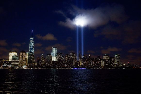 De 'Tribute in Light': twee lichtbakens die doen denken aan de WTC-torens in de skyline van Manhattan.