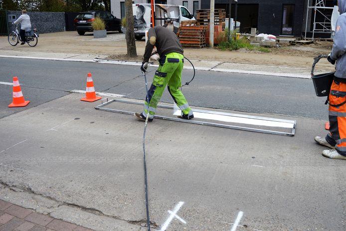 Werklieden moesten dinsdag een vijftal meter verder een nieuw zebrapad aanleggen.