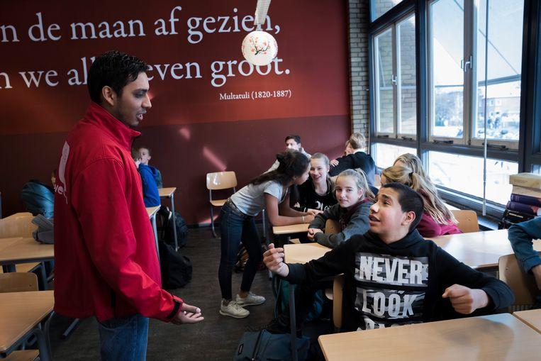 Faraaz Ramdjanberg van de Stichting Tweestrijd geeft gastcollege op het Segbroek College  Beeld Inge van Mill