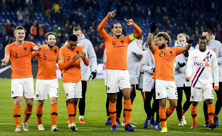 Onder anderen Virgil van Dijk en Tonny Vilhena vieren de 2-2 tegen Duitsland.