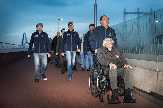 James Megellas, toen 100 jaar, was in november al een keer present bij de Sunset March.