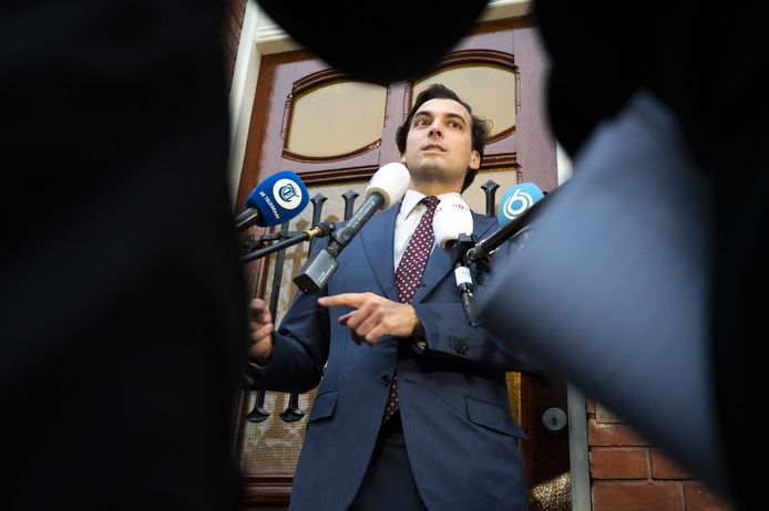 Thierry Baudet staat voor het partijkantoor van Forum voor Democratie de pers te woord over de ontstane situatie.