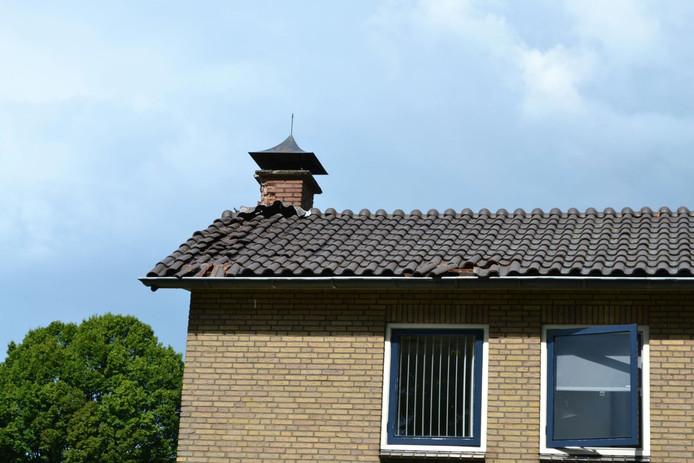 Het dak van de woning raakte flink beschadigd bij de blikseminslag.
