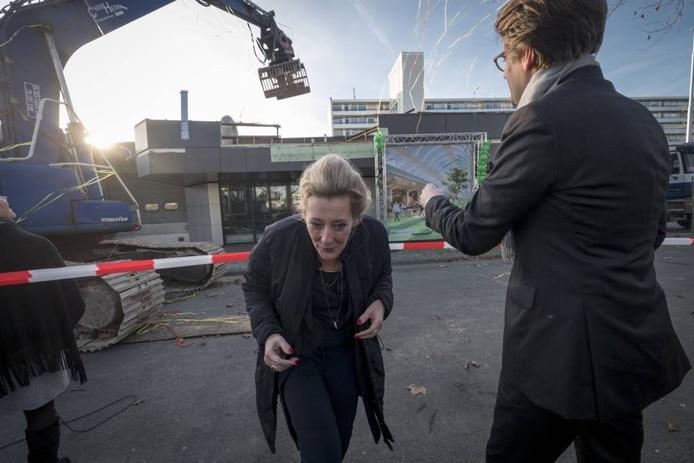 Wethouder Van Burgsteden zoekt een goed heenkomen op het moment dat de sloop van de voormalige Rabobank start.