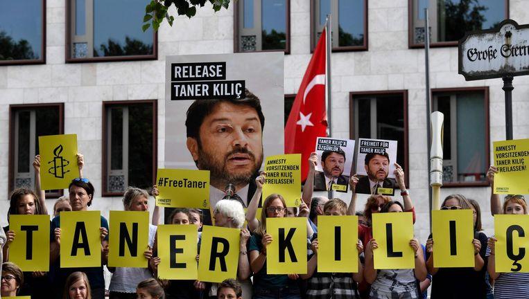 Amnesty-aanhangers demonstreren voor de Turkse ambassade in Berlijn tegen de arrestatie van Taner Kiliç. Beeld AFP