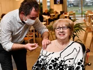 """'t Is gebeurd! Monique kreeg als eerste West-Vlaamse het gegeerde coronavaccin: """"We hebben hier maanden naar uitgekeken"""""""