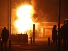 Paardentrailer vol vuurwerk in brand in Hedel, politie bekogeld met vuurwerk