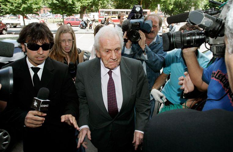 Jorge Zorregieta in de belangstelling van de Argentijnse pers als hij op weg is naar een toespraak van zijn dochter in Buenos Aires. Beeld anp
