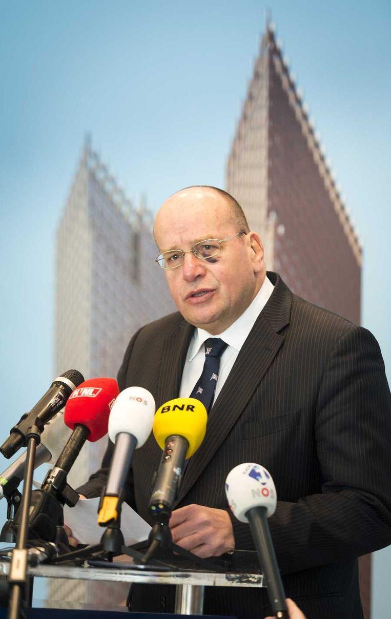 Teeven geeft toelichting op de vervroegde vrijlating van Van der G. (volgens een woordvoerder kampt de staatssecretaris met een ontsteking onder zijn linker oog). Beeld anp