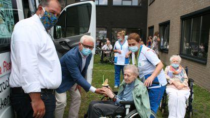 Burgemeester deelt ijsjes uit aan bewoners en personeel woonzorgcentrum Vlashof