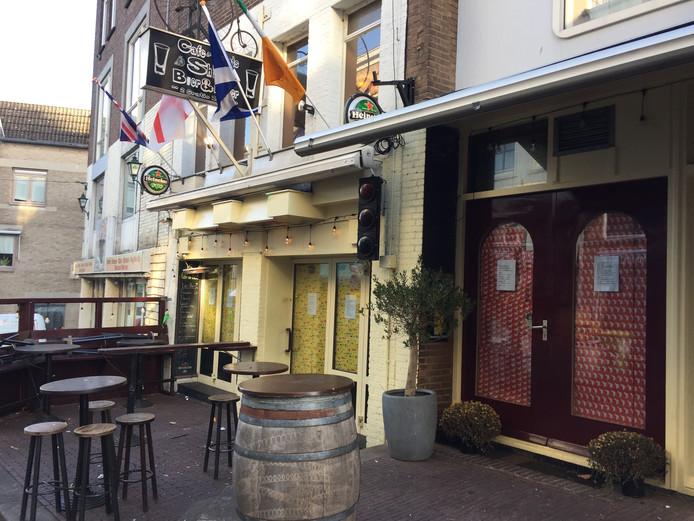 Café de Fiets in Nijmegen, de ruiten zijn inmiddels afgeplakt met Sinterklaas-inpakpapier.