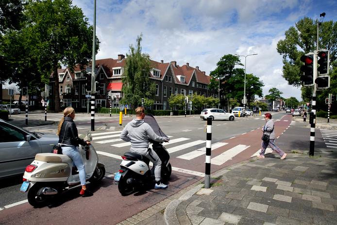 Op de kruising met de Mauritsweg gaan de verkeerslichten 's avonds uit.
