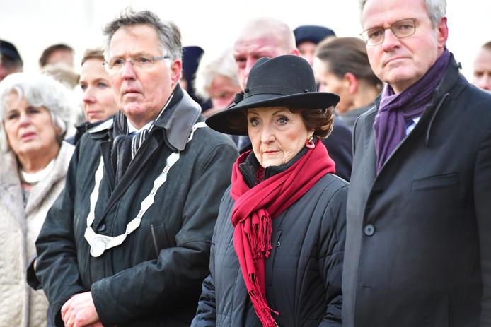 Burgemeester Gerard Rabelink (l) met Prinses Margriet en commissaris van de koning Han Polman (r) in 2018 tijdens de herdenking van de Watersnoodramp bij het Nationaal Monument in Ouwerkerk.