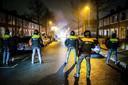 De mobiele eenheid in de Groningse wijk Paddepoel waar onrust op straat heerst. De politie heeft een charge uitgevoerd en meerdere arrestaties verricht.