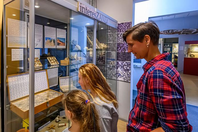 Het Natuurhistorisch en Volkenkundig Museum heeft een collectie zand gekregen. 500 verschillende soorten van over heel de wereld.