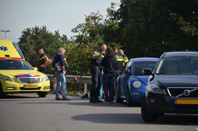 Een automobilist en een fietser zijn vanmiddag op elkaar gebotst op de Stoutenburgerweg in Terschuur.
