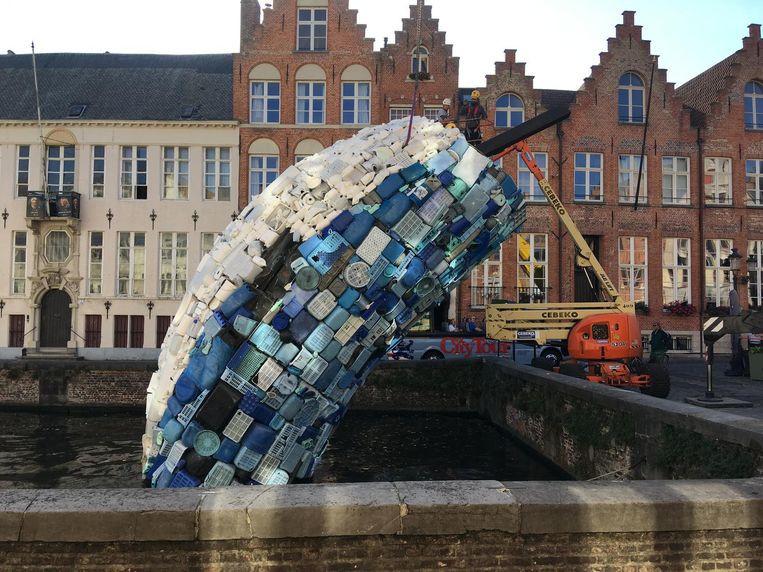 De walvis van plastic van de Triënnale is afgelopen week afgebroken in Brugge.