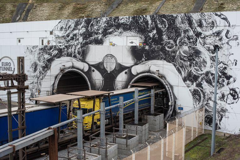 Mond van de tunnel met kunstwerk. Zwaarbeveiligd terrein. Beeld Bart Koetsier