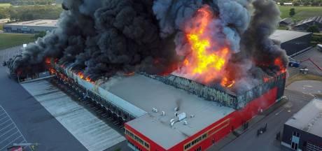 In beeld   Zeer grote brand legt loods in Hapert in de as