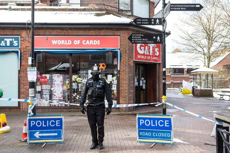 Een agent houdt de wacht in Salisbury, vlak bij het bankje (rechts onder een wit-geel zeil) waar vader en dochter Skripal bewusteloos werden gevonden. Beeld Antonio Olmos