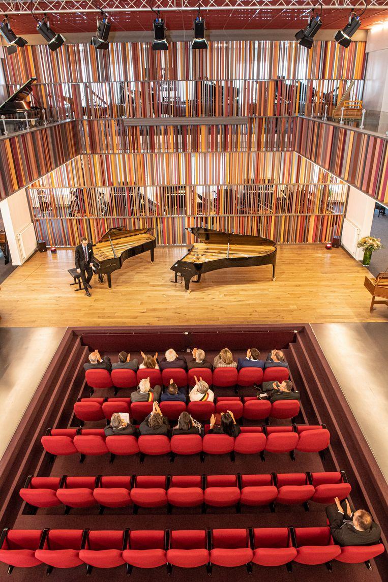 Filip en Mathilde werden in de concertzaal van Piano's Maene getrakteerd op een kort optreden.