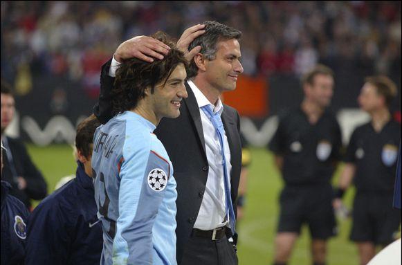 José Mourinho en zijn speler Vitor Baia tijdens de gewonnen Champions League-finale van 2004.