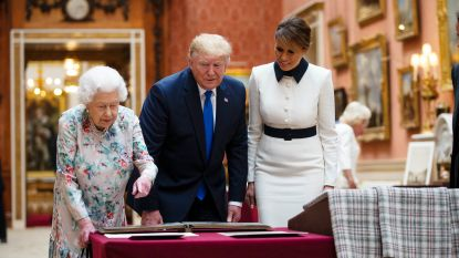 Dan toch geen renpaard: Trump en de Queen wisselen sobere cadeautjes uit