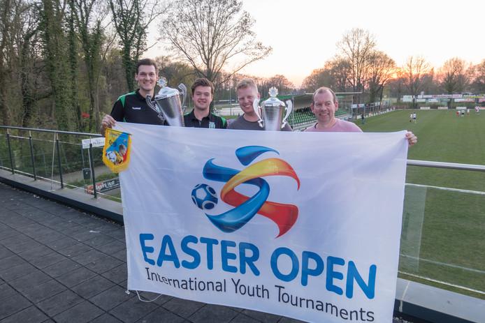 De organisatoren van het Easter Open-voetbaltoernooi bij SV Gramsbergen met de toernooivlag en trofeeën. V.l.n.r. Rik Westerhof, Nick Altena, Thomas Grotemarsink en Dirk-Jan Braker.