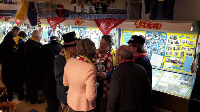 Commissaris Wim van den Donk met burgemeester Jobke Vonk (op de rug gezien) tijdens zijn bezoek aan de carnavalsexpo in Oudenbosch.