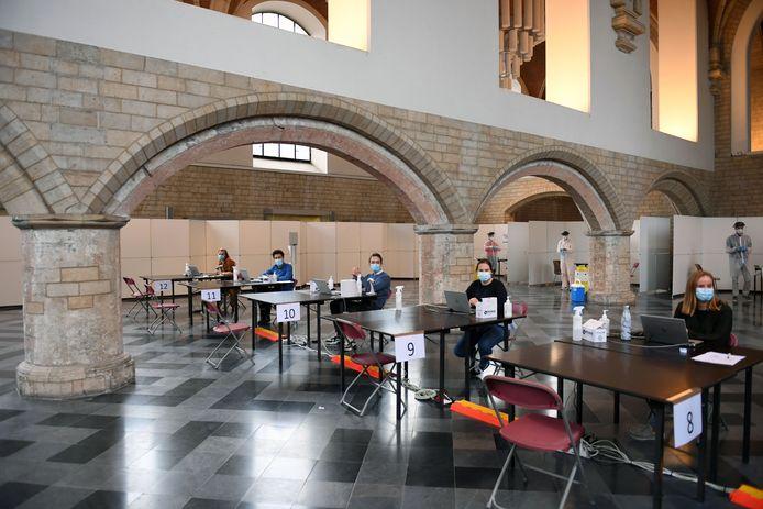 Ook de KU Leuven opende zopas een Covid-19-afnamecentrum voor Leuvense studenten. De testcapaciteit wordt nu ook opgedreven door huisartsenkring KOBHRA met de steun van de stad Leuven en het Wit-Gele Kruis.