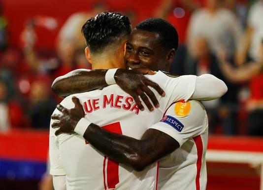 Roque Mesa en Quincy Promes vieren een van de zes goals.