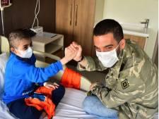 Arda bezoekt zieke kinderen, Bizot poseert met viervoeter