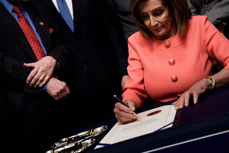 Voorzitster van het Huis Nancy Pelosi ondertekende vorige week de twee aktes van inbeschuldigingstelling.