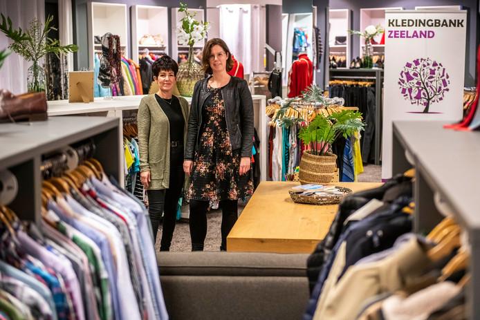 Bianca de Smet en Gerdie Verhelst van Kledingbank Zeeand in Terneuzen. FOTO: © Boaz Timmermans/Fos Fotografie