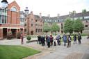 De groep Hellevoeters en Engelsen op bezoek in Cambridge.
