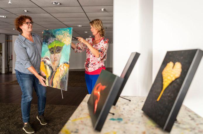 Marije Zuidweg (links) en Angelika Poels hebben kunstenaars gevraagd hun licht te werpen op twee  actuele nieuwsitems: het coronavirus en de Peelbrand.