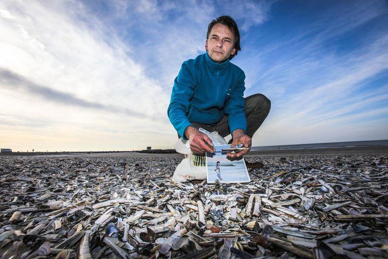Jan Seys van het Vlaams Instituut voor de Zee op het strand van Oostende.