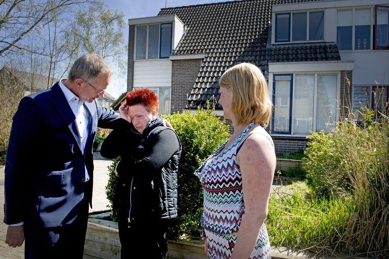Minister Henk Kamp van Economische Zaken troost een inwoner van Loppersum tijdens een bezoek aan Groningen in april. Beeld anp