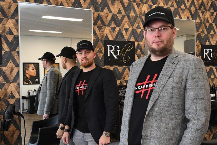 Angelo Keijsers en Ton van Raaij (rechts) zijn een actie gestart met petjes om kappers te steunen.