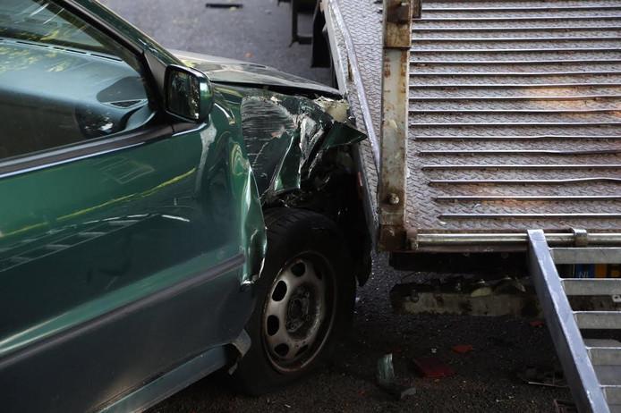 De vrouw botste met haar auto tegen de rijplaten van de vrachtwagen