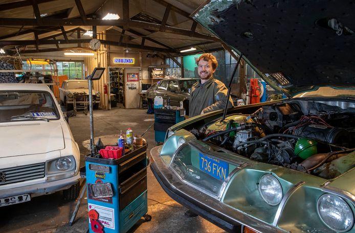 Hendrik Helweg repareert en restaureert Franse klassieke auto's.