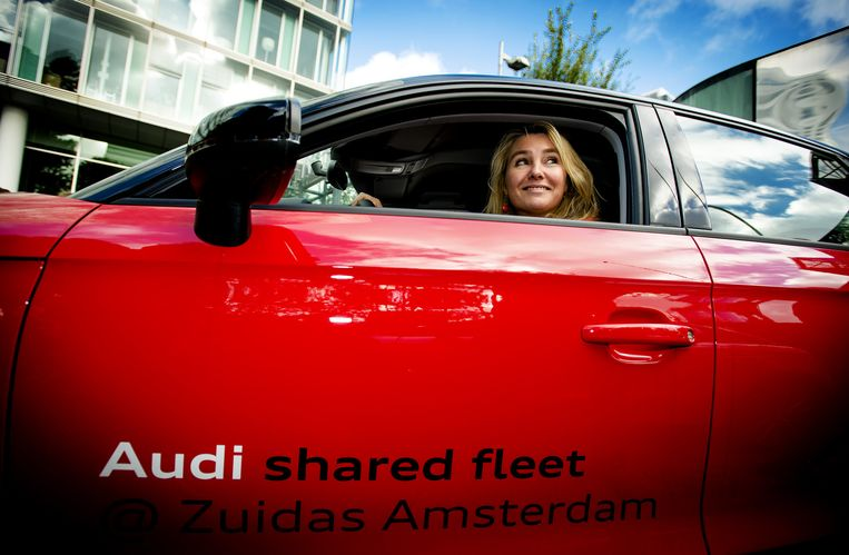 Minister Melanie Schultz van Hagen van Infrastructuur en Milieu, waagt zich in 2013 aan een Audi van de Shared Fleet van Greenwheels, die voor zakelijk gebruik wordt ingezet. Beeld anp