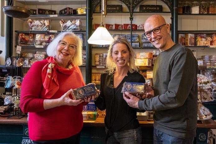 Bep Spa is als Queen Victoria vereeuwigd op de Bussink Koek. Sander Korvemaker maakte haar portret. Debby Verheijen (midden) is blij met de nieuwe koek in haar koekwinkeltje.