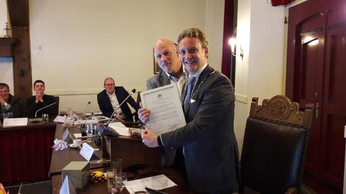 René van den Hoogen en Pieter Verhoeve (rechts) met  het burgemeestersdiploma